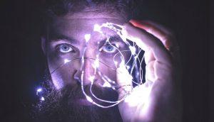 Investigadores revelan por qué la gente inteligente elige ser menos social