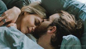 Así es como abrazarse de noche puede salvar tu relación